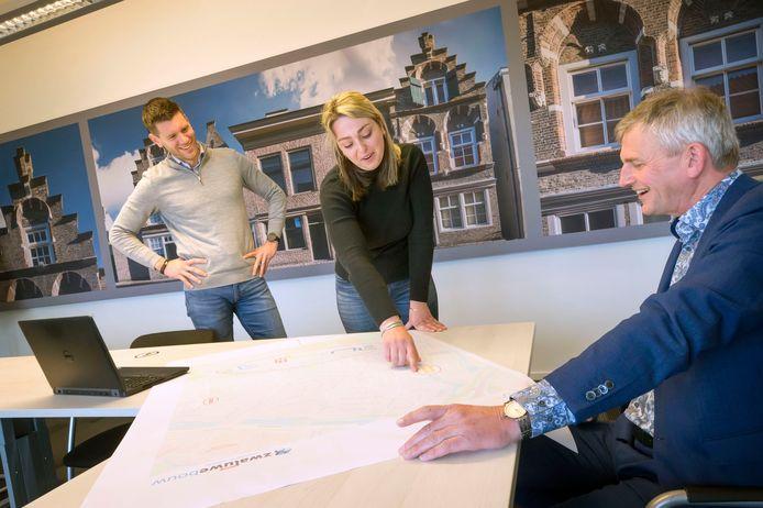 Eric van Ginneken (l) en Rob van der Feijst (r) van Zwaluwe Bouw in gesprek met hun afstudeerstudente Joyce Taal.