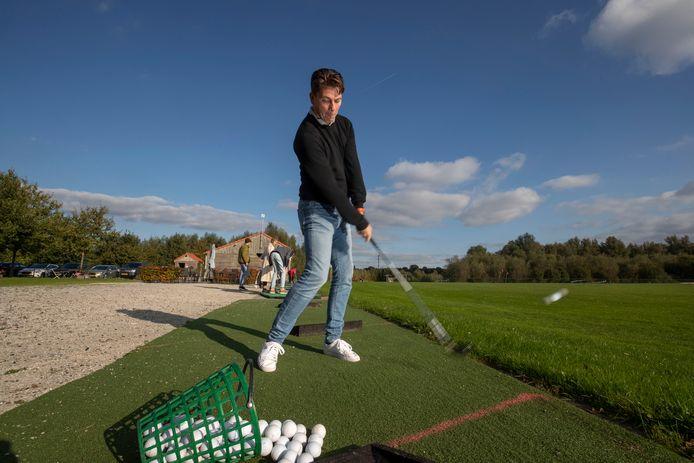 Guido Oomkens kan op de Openbare Golfclub Dronten met alle ruimte zijn sport beoefenen.