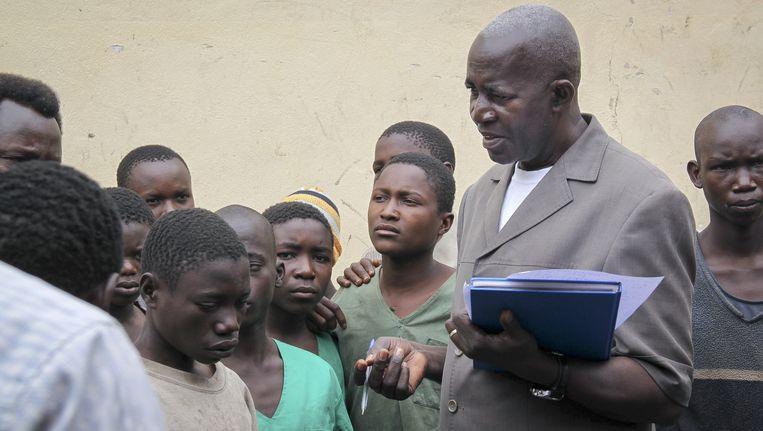 Mensenrechtenactivist Pierre-Claver Mbonimpa bezoekt gevangenen in Bujumbura, Burundi.