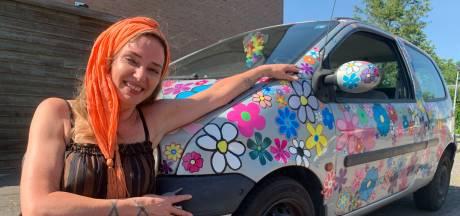 Cindy plakt na elke keuring bloemen op haar auto Maria: 'Als ik tegen het verkeer in rijd, kan niemand boos worden'