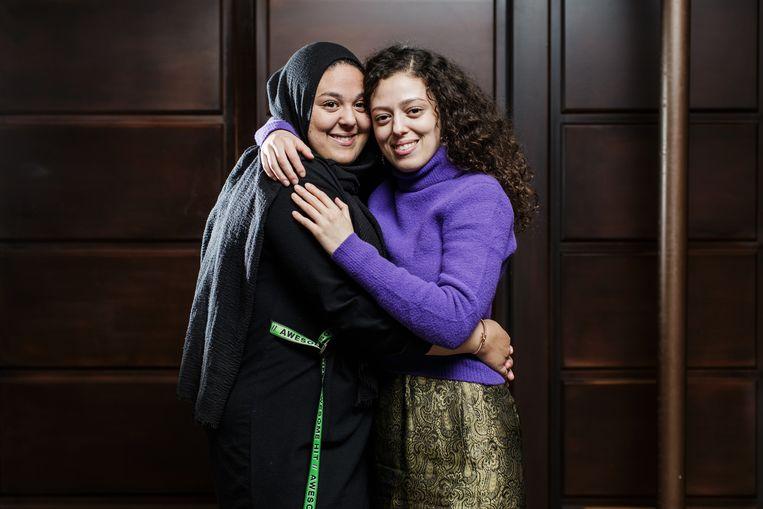 """Samira (r.): """"Ik zou het niet aandurven om, zoals Latifa, op een podium openlijk over seks te praten.""""  Beeld Bob Van Mol"""