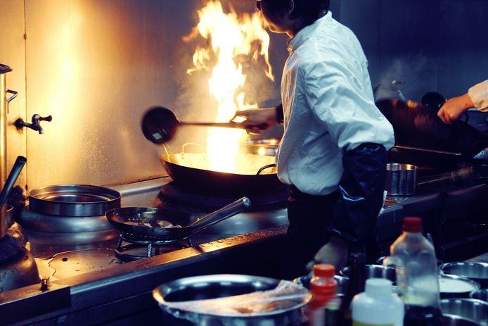 Koks aan het werk in de keuken van een Oosters restaurant