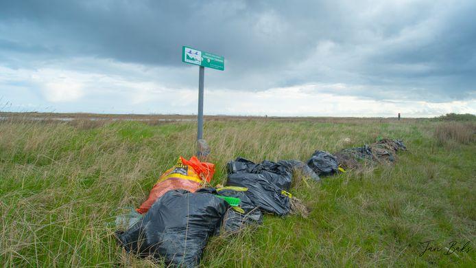 Afval van het strand bij de Kwade Hoek op Goeree-Overflakkee
