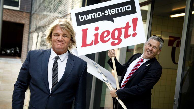 Rob Bolland (L) en een medestander bij de rechtbank van Haarlem. Beeld ANP