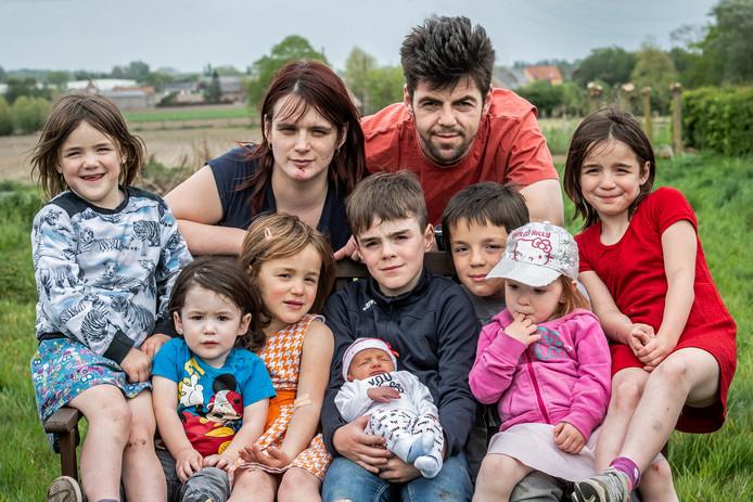 Marino Vaneenoo en Gwenny Blanckaert met hun kroost. We zien Xael, Leax, Xeal, Alex, Axel, Exla, Xela en baby Xale