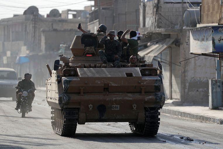 Turks-gezinde Syrische strijders rukken op in de stad Tal Abyad. Beeld REUTERS