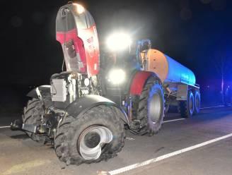 Auto botst op afslaande tractor met aalkar: zware materiële schade