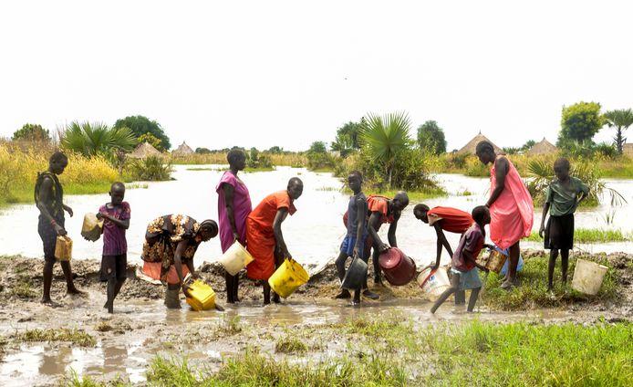 Inwoners proberen het water tegen te houden in Zuid-Soedan.