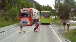 Dashcamvideo doet naar adem happen: truck vol in de remmen voor plots overstekend jongetje