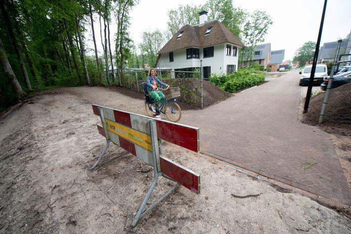 Begin vorig jaar stemde het college in met de aanleg van een fietspad in nieuwbouwwijk Ugchelen Buiten, maar nu krabbelt de gemeente terug: het oorspronkelijke plan kost teveel geld. Bewoners zoals Marlous Keizer (foto) voelen zich in de maling genomen.