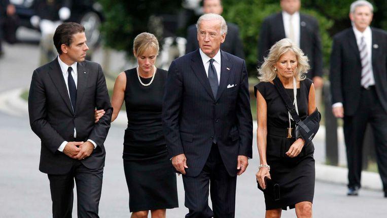 Joe Biden en zijn vrouw Jill met hun zoon Hunter en hun schoondochter Kathleen, op de begrafenis van Edward Kennedy in 2009. Beeld AP