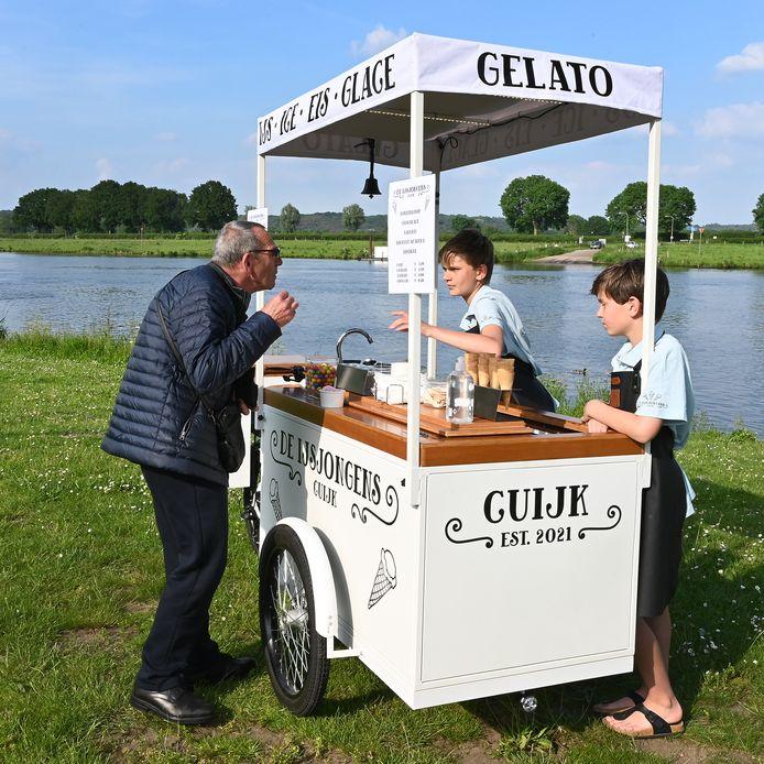 Mats en Siem(rechts)  Heijl  hebben sinds zondag een echte ijskar en rijden langs de mooie plekjes om ijsjes te verkopen.