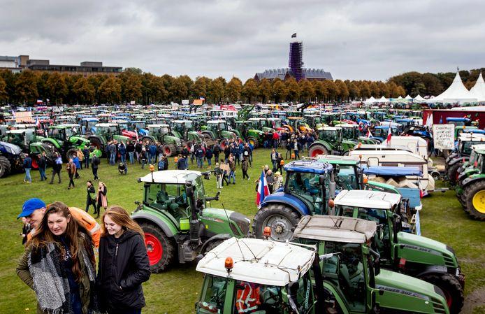 Boeren staan met hun tractoren op het Malieveld.