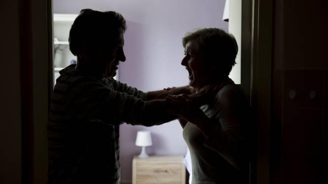 Zoon (40) gooit moeder in zetel en zet haar mes op de keel