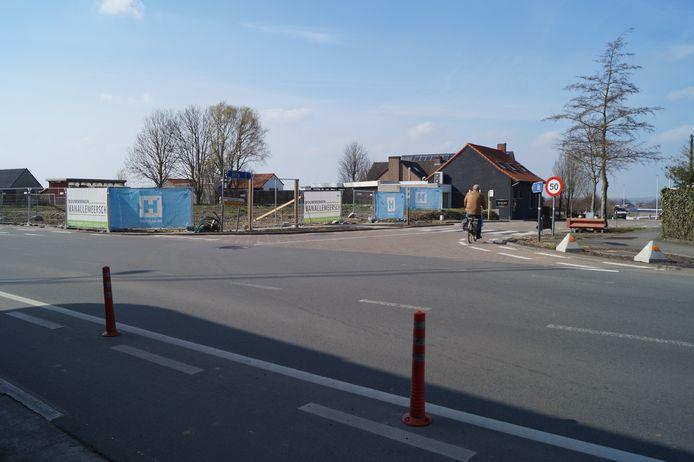 Het kruispunt op de top van de Gitsberg in maart 2021. Door de sloop van de twee gebouwen op de hoeken van het kruispunt is de zichtbaarheid fel verbeterd.