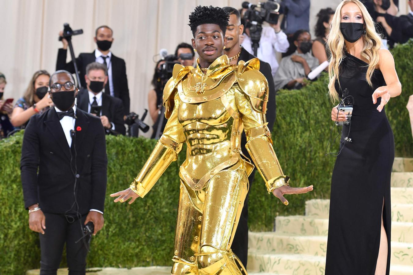Rapper Lil Nas X pakte uit met een gouden harnas.