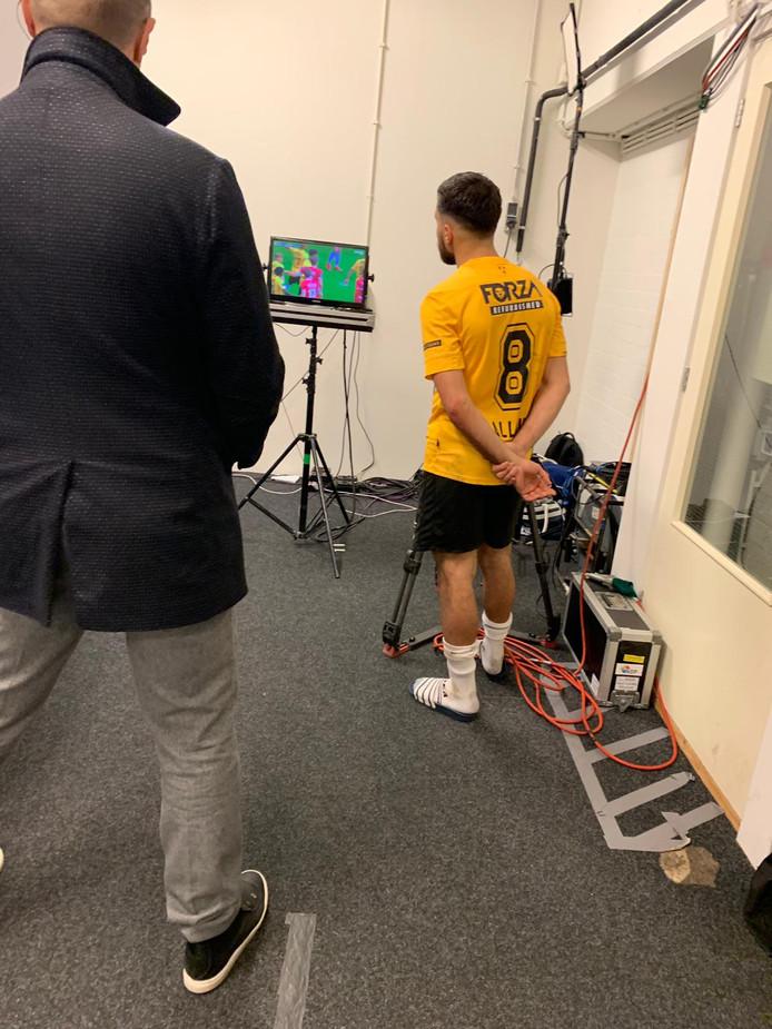 El Allouchi  bekijkt de laatste minuten van de wedstrijd binnen, na zijn rode kaart.
