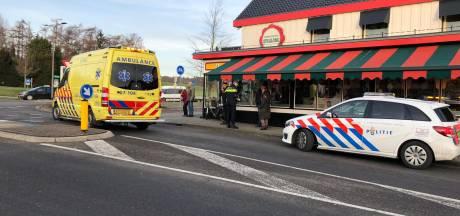 Ongeluk op rotonde voor Pannenkoekenhuis in Rheden: fietsster zwaar gewond