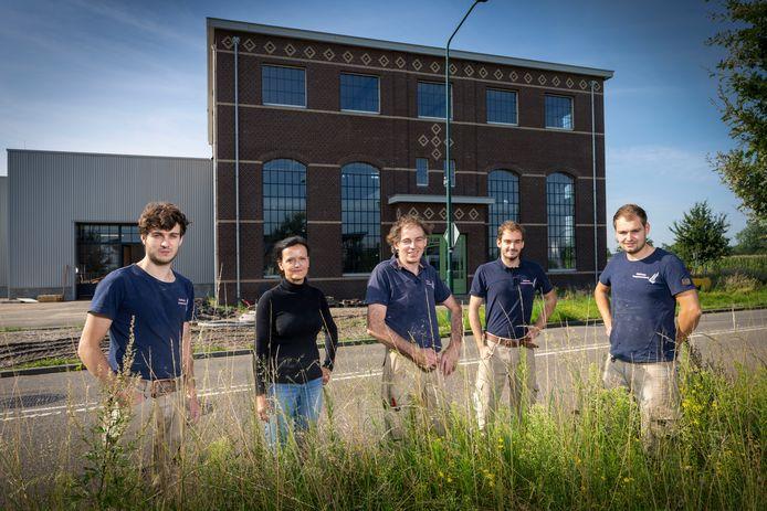 De familie Holman is al 2,5 jaar druk met de bouw van een nieuw bedrijfspand voor hun trappenmakerij. Van links naar rechts: Huub, moeder Ingrid, vader Frank, Chiel en Bart.