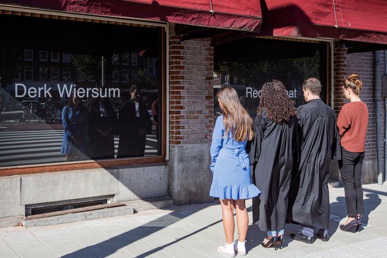 De advocaten van advocatenkantoor Plasman namen een minuut stilte om hun vermoorde collega Derk Wiersum te herdenken. Beeld MAARTEN BRANTE