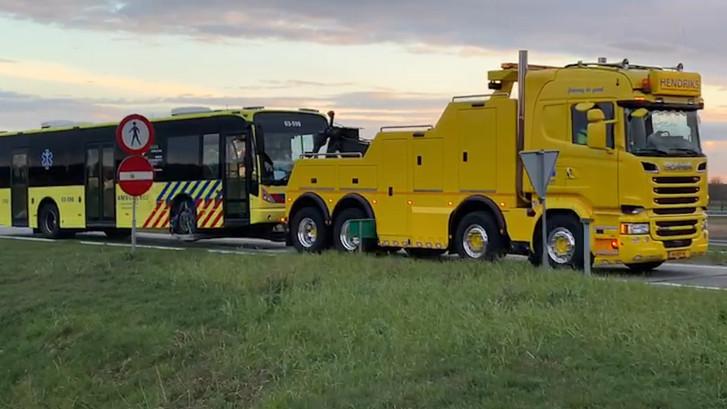 IC-bus vol coronapatiënten krijgt pech op de snelweg