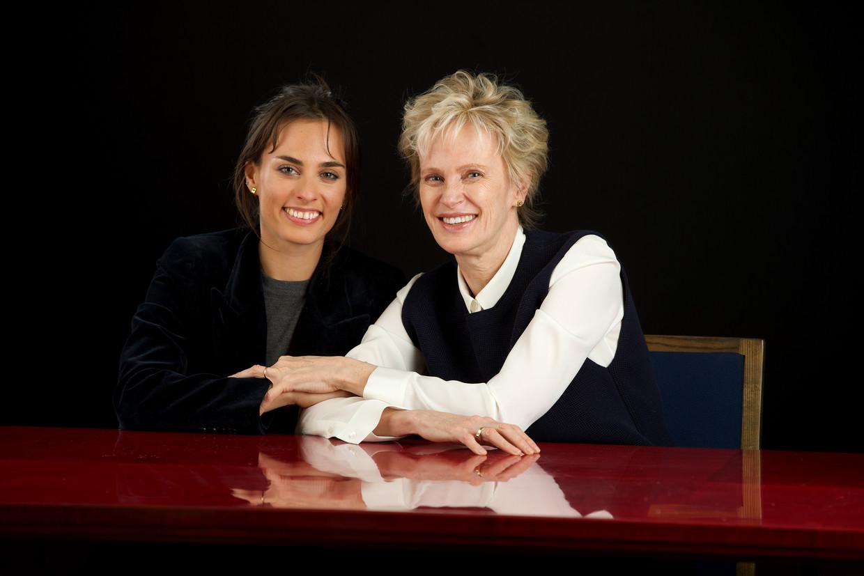 Sophie Auster, zangeres, en haar moeder Siri Hustvedt, schrijfster.