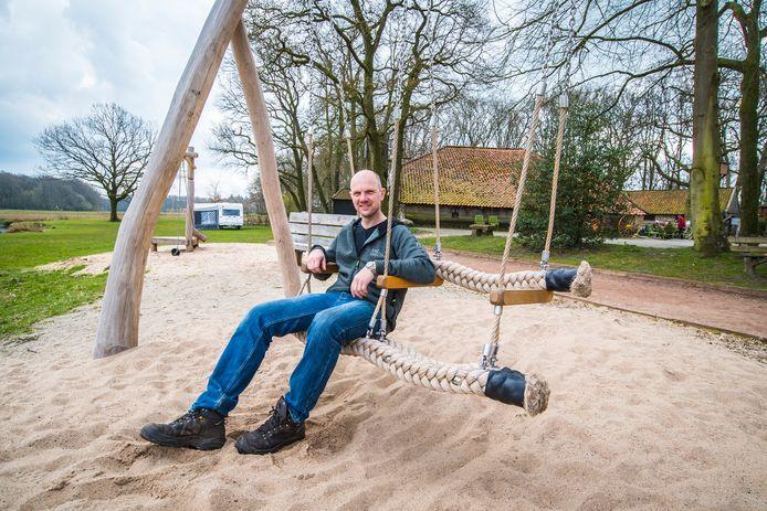 Camping Hoeve Springendal met eigenaar Walter Brunninkhuis op de relatieschommel  in de nieuwe speeltuin.