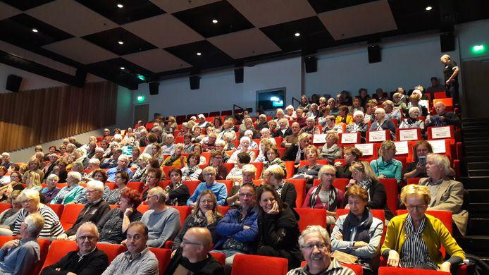 De podiumzaal van 't Spectrum opende eind 2018. Op de eerste rij tweede van links voorzitter Leo van Rozendaal.