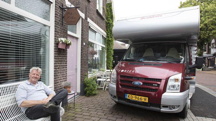 Jos Kamphuis zit ook graag op het bankje voor zijn Bed en Breakfast in Holten maar er gaat niets boven de camper.