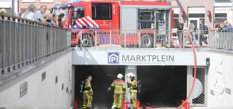Elektrische auto van gemeente vliegt in brand in parkeergarage in Epe: garage nog dicht