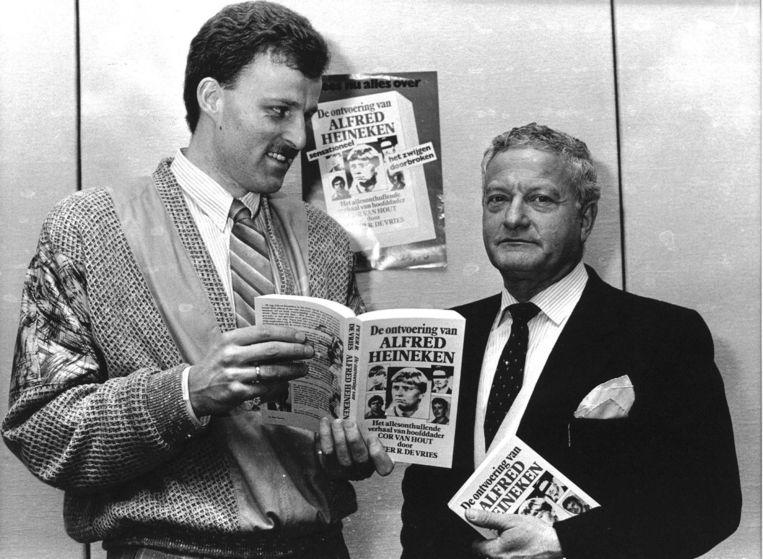 Max Moszkowicz sr. met Peter R. de Vries en zijn boek over Heineken-ontvoerder Cor van Hout, 1987. Beeld anp