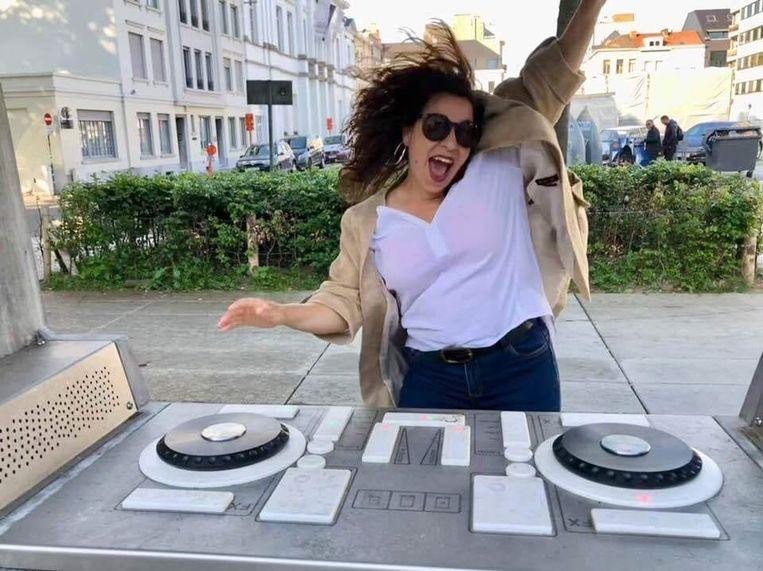 Rania aan de openlucht draaitafel, bij het muziekcentrum Track tussen het Casino- en Conservatoriumplein in Kortrijk