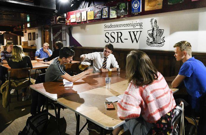 Eerstejaars studenten komen samen bij studentenvereniging SSR-Wageningen (SSR-W). Studentenverenigingen hebben dit jaar de helft meer aanmeldingen ontvangen dan vorig jaar.