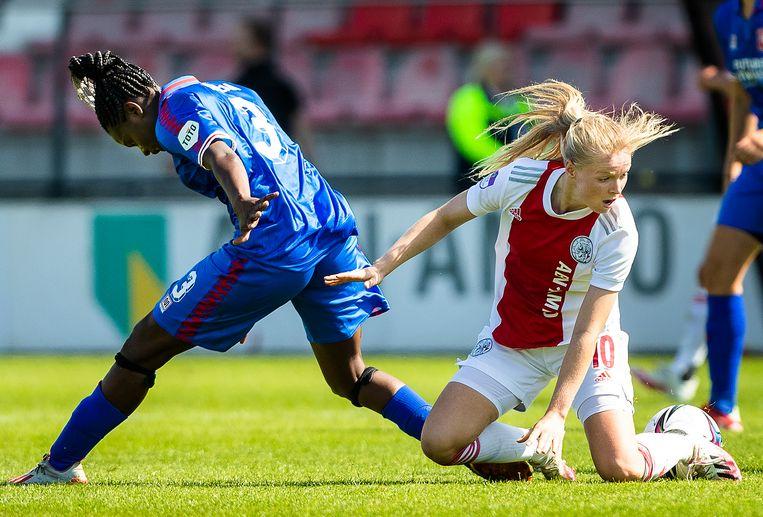 Danique Ypema van FC Twente en Nadine Noordam (Ajax) zijn de bal kwijt. Beeld Jiri Büller / de Volkskrant