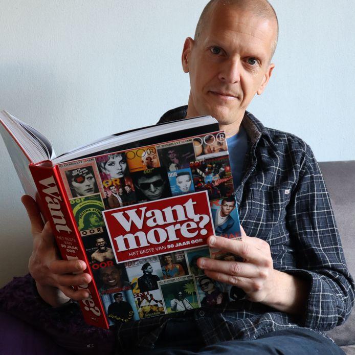 Hoofdredacteur Koen Poolman met het boek over 50 jaar OOR.
