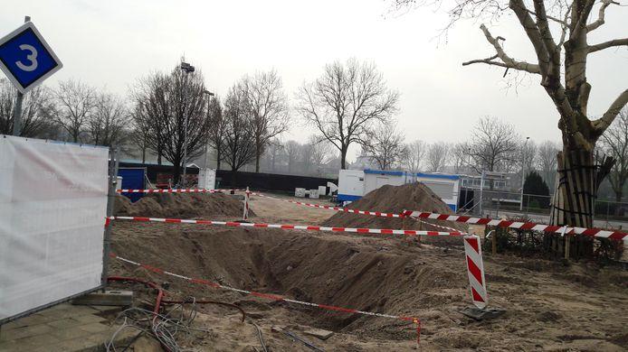 Het  bouwterrein bij het station Gorinchem ligt er sinds de vondst van de putten verlaten bij.