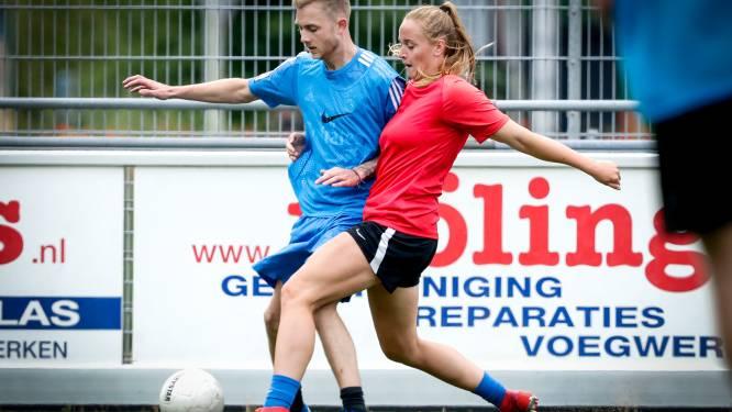 Haagse Kimberley staat haar mannetje tussen 'die gasten' bij DUNO: 'Het voetballen staat voorop'