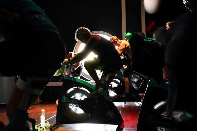 LesMills Tone bij Sportcity: fietsen op muziek en met discolampen.