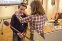 Kinderburgemeester Boaz van Houte  krijgt de ambtsketen omgehangen door ontwerpster  Maria Twigt.