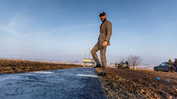 Stefan Mandachi met zijn eigen stukje snelweg.