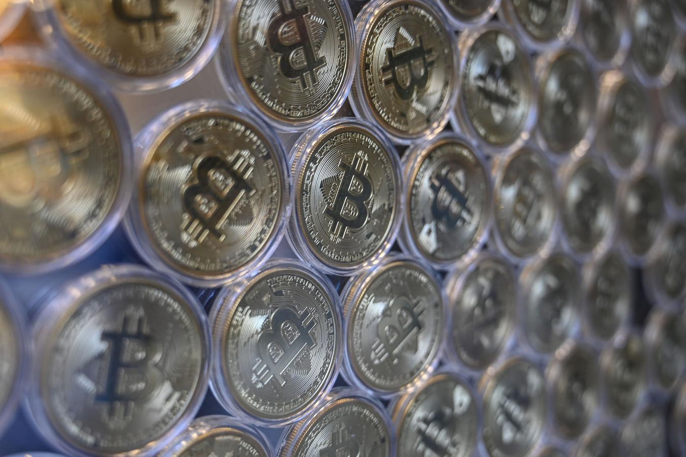 Fysieke bitcoin-munten bij een handelaar.