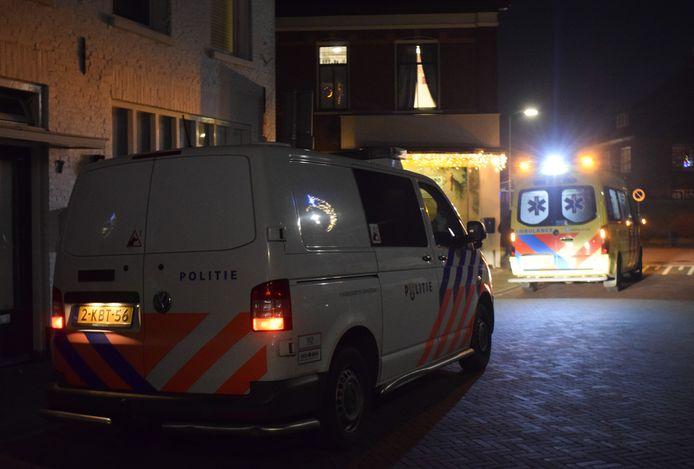Hulpdiensten in Varsseveld na de melding van de steekpartij.