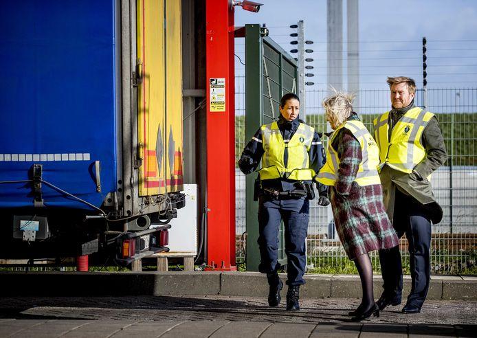 Koning Willem-Alexander en staatssecretaris Ankie Broekers-Knol van Veiligheid en Justitie waren dinsdagochtend op werkbezoek in Hoek van Holland.