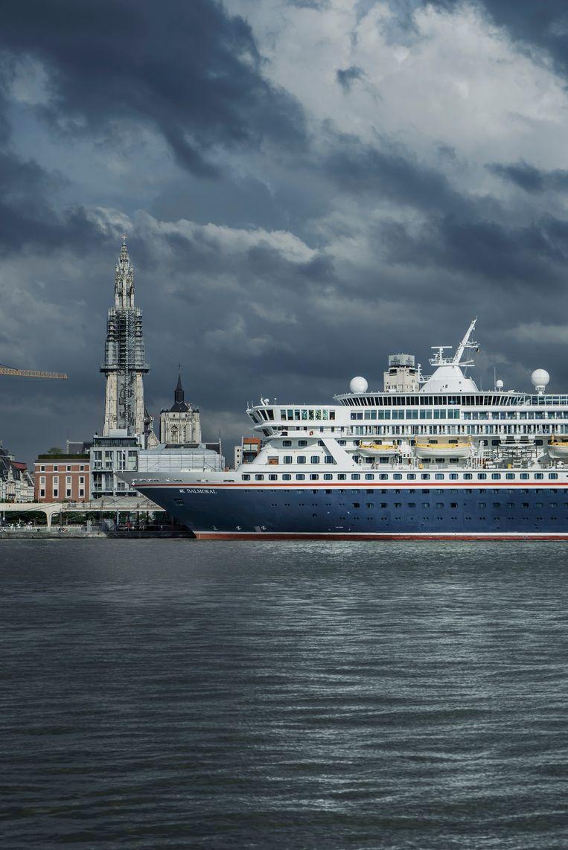 De Balmoral van Fred. Olsen Cruise Lines meert aan in Antwerpen. Het cruiseschip is ruim 200 meter lang en telt tot 1.800 opvarenden. Beeld Eric de Mildt