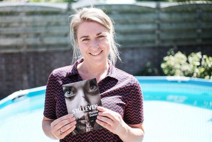 Schrijfster Marieke Damen met het boek Stilleven in haar handen. Het boek is genomineerd voor de beste debuutroman in het thrillergenre.