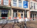 De omgeving rond de opticien in Zwolle waar afgelopen nacht werd ingebroken, is afgezet.