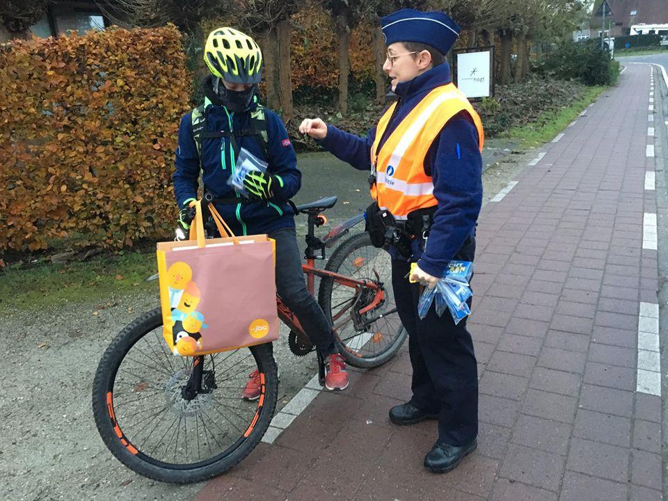 De jeugd kreeg gadgets van de politie.