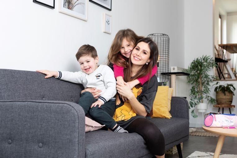 Omdat ze zich na haar scheiding als alleenstaande mama niet zomaar een nieuw huis kon permitteren, kocht Julie een kangoeroewoning met haar mama