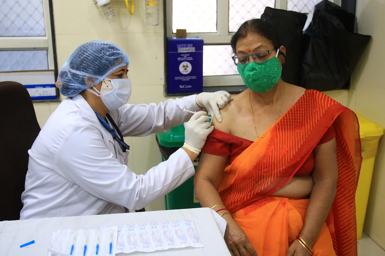 Een vrouw wordt gevaccineerd in het HB Kanwatia Hospital in Jaipur, Rajasthan, India. Beeld NurPhoto via Getty Images