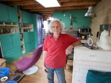 Frans (77) bouwt droomhuisje in de garage van zijn zoon: 'Less is more'